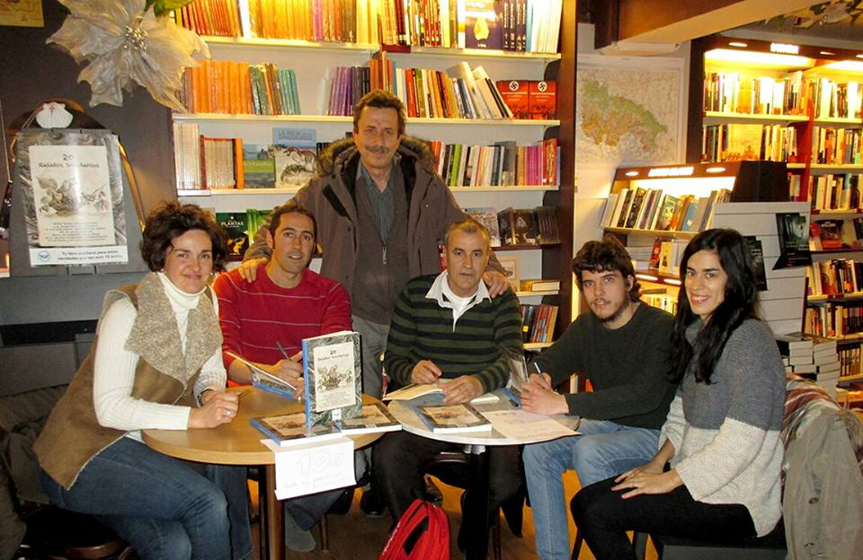 Autores e ilustradores en la firma del libro junto al Director del Banco de Alimentos, José Manuel Pascual Salcedo.